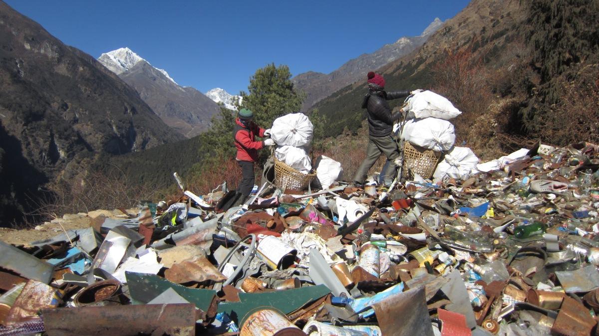 El libro 'SHERPAS' y Ediciones del Viento culminan la retirada de una tonelada de basura delEverest